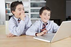 Bambini con il computer portatile a casa Fotografia Stock Libera da Diritti