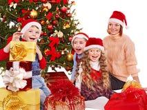 Bambini con il contenitore di regalo di natale. Fotografia Stock