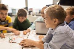 Bambini con il corredo di invenzione alla scuola di robotica Fotografia Stock Libera da Diritti