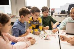 Bambini con il corredo di invenzione alla scuola di robotica Immagini Stock Libere da Diritti