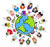 Bambini con il globo su fondo bianco Fotografia Stock