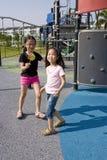 Bambini con il Lollipop al campo da giuoco Immagine Stock