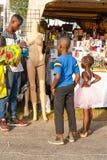 Bambini con il manichino al festival dei frutti di mare fotografia stock libera da diritti