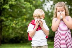 Bambini con l'allergia al parco fotografia stock