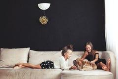 Bambini con l'animale domestico fotografia stock
