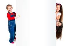 Bambini con l'insegna bianca Fotografie Stock