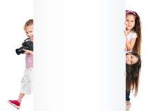 Bambini con l'insegna bianca Fotografia Stock