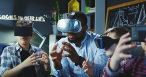 Bambini con l'insegnante che esplora mondo virtuale Immagini Stock Libere da Diritti