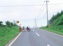 Bambini con la bicicletta fotografia stock