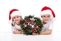 Bambini con la corona tradizionale di arrivo Fotografia Stock