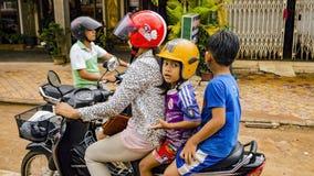 Bambini con la femmina sul motorino fotografie stock