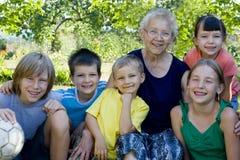 Bambini con la nonna immagine stock