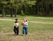 Bambini con la sfera Fotografia Stock
