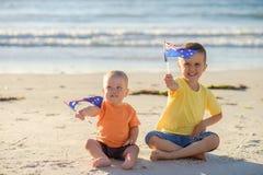 Bambini con le bandiere dell'Australia Fotografia Stock