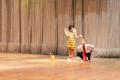 Bambini con le inabilità che ballano in scena Fotografia Stock Libera da Diritti