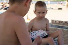 Bambini con le schede di gioco Immagini Stock