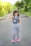 Bambini correnti in parco Modello asiatico di forma fisica di sport in vestiti correnti sportivi Immagini Stock Libere da Diritti
