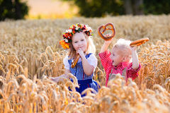 Bambini in costumi bavaresi nel giacimento di grano Fotografia Stock