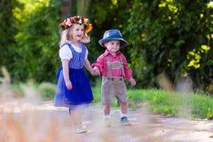 Bambini in costumi bavaresi nel giacimento di grano Immagine Stock Libera da Diritti