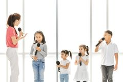 Bambini d'istruzione dell'insegnante femminile nella classe agente immagini stock libere da diritti