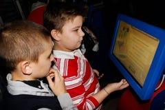 Bambini d'istruzione le basi di protezione antincendio nella regione di Homiel'di Bielorussia Fotografia Stock Libera da Diritti