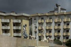 Bambini da Fatima, un piccolo monumento architettonico su una delle rotonde in Fatima, immagine stock libera da diritti