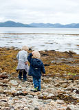 Bambini da un loch scozzese Fotografia Stock Libera da Diritti