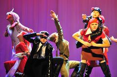 Bambini dal gruppo ballante Immagini Stock Libere da Diritti