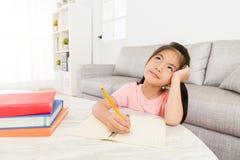 Bambini del bambino che scrivono compito personale della scuola fotografia stock