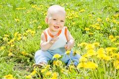 Bambini del bambino che si siedono sull'erba fotografie stock