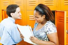 Bambini del banco che comunicano da Lockers Fotografia Stock