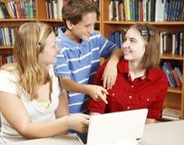 Bambini del calcolatore in libreria Fotografie Stock Libere da Diritti