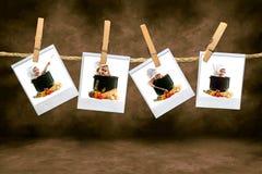 Bambini del cuoco unico sulla pellicola del Polaroid che appende in un Roo scuro Immagine Stock