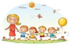 Bambini del fumetto ed il loro insegnante Outdoors Fotografia Stock