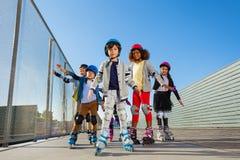 Bambini del Preteen che rollerblading all'aperto allo stadio Immagini Stock