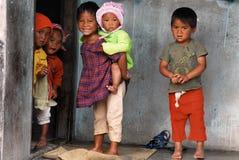 Bambini del villaggio all'India di nordest immagini stock
