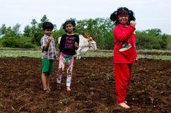 Bambini del villaggio che giocano nei campi arati Fotografia Stock
