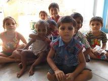 bambini del villaggio in un umore gioioso in India Fotografie Stock Libere da Diritti