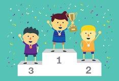 Bambini del vincitore che stanno sul podio di conquista Fotografie Stock