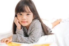 Bambini dell'Asia del ritratto, istruzione e concetto della scuola - libro di lettura della ragazza dello studente Fotografia Stock