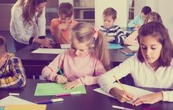 Bambini dell'età elementare che ha classe di arte Fotografia Stock
