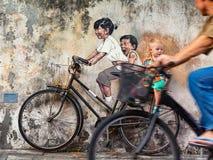 Bambini dell'oggetto di arte della via sulla bicicletta a Georgetown Penang immagine stock