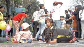 Bambini della città che attingono strada archivi video