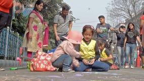 Bambini della città che attingono strada stock footage