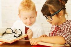 Bambini della lettura fotografie stock