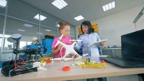 Bambini della scuola che lavorano con il UAV nel laboratorio della scuola stock footage