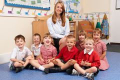 Bambini della scuola elementare con l'insegnante In Classroom Fotografie Stock Libere da Diritti