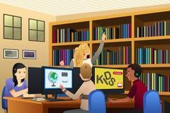 Bambini della scuola facendo uso dei computer nella biblioteca illustrazione di stock