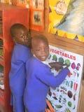 Bambini della scuola materna che studiano il grafico delle verdure Immagine Stock Libera da Diritti