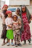 Bambini della via che posano per una foto fotografia stock